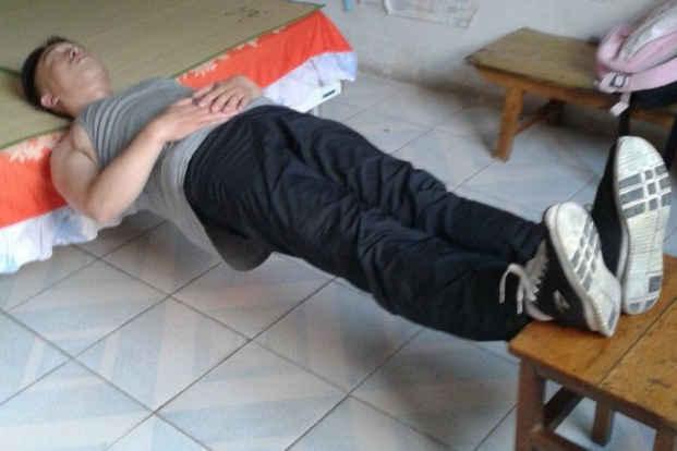 金刚铁板桥是一种专门强化腰背功能的动作,有增强体内阳气的功效,使腰