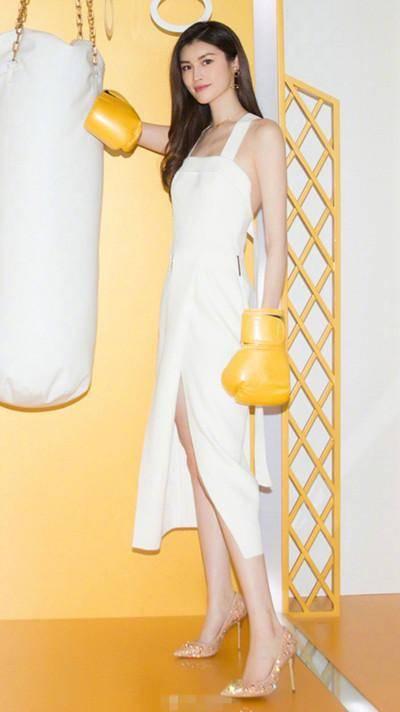 露逼色情网_高开叉的裙摆设计性感又露出大长腿,让她看上去身高直逼两米,一双裸色