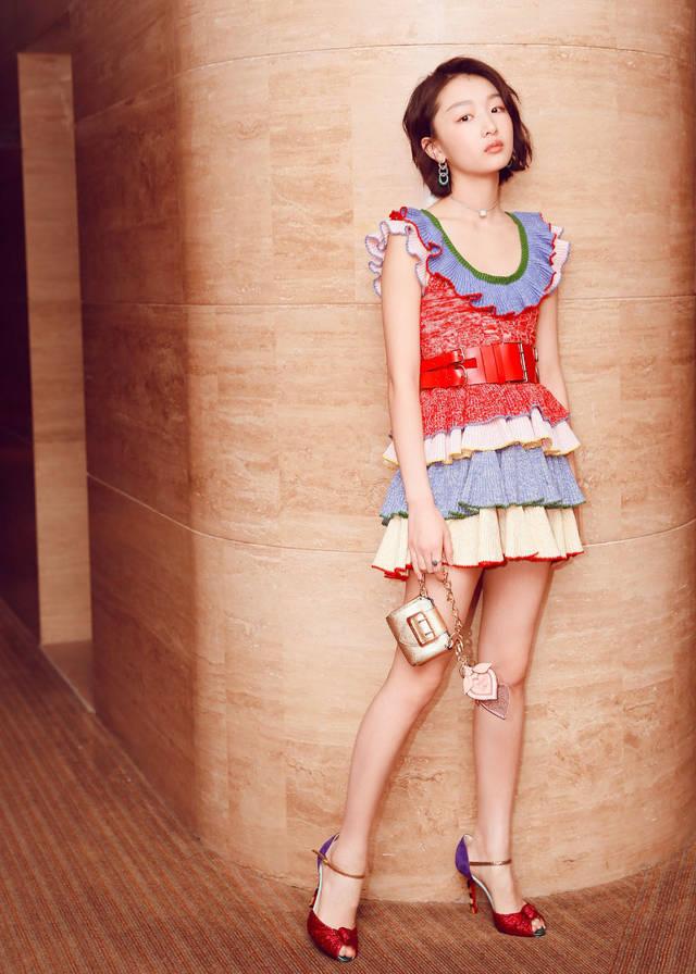 裙子的长度不要过长,到大腿中部的位置,搭配一双能露出脚背的高跟鞋图片