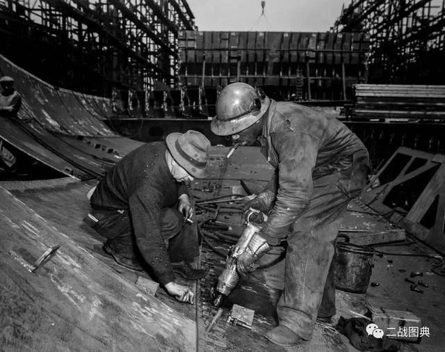 工人用气动扳手拧螺丝图片