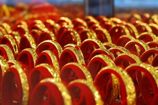 黄金手镯应该戴在哪只手好 从不同角度和习惯分