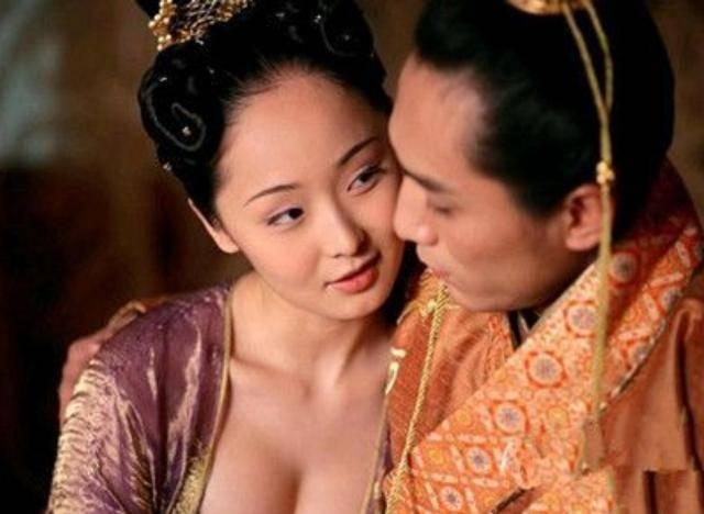 太子有点傻皇帝怕他不会生孩子,找个妃子去教,妃子回来生下龙子