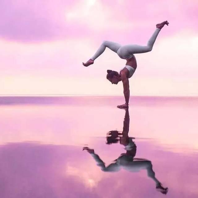 在瑜伽的练习当中,如果肩膀没打开,在做很多后弯体式的时候,很容易让图片