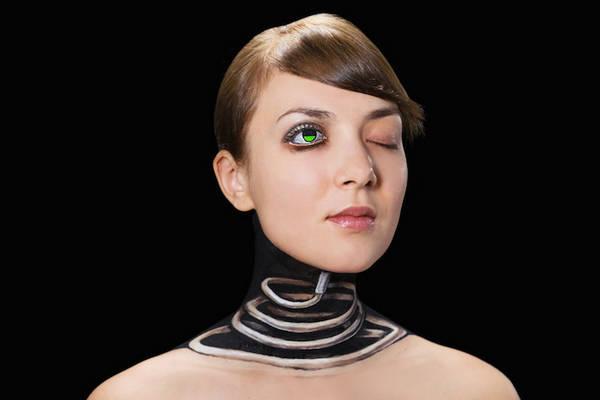 好气哦,人体艺术设计师愣是把美女给画成终结者了!