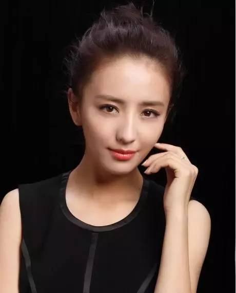 简单不失时尚魅力的一款发型,非常适合瓜子脸的女生.