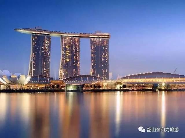 聚集游玩,娱乐,购物与美食新加坡,亚洲发达城市,灯火辉煌的夜晚成为一