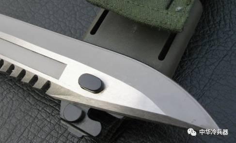 伞兵钩刺囹�a_上图:普通多功能刺刀的剪切口 上图:99式伞兵刀无论刀鞘和刀身都非常