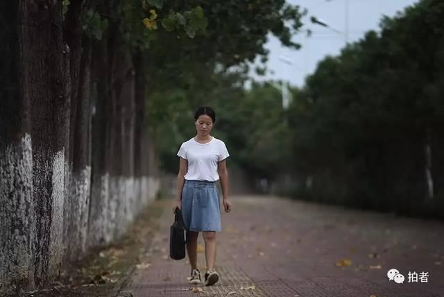 南昌理工学院赵晓迟_△ 南昌理工学院校园外,赵金凤走在回出租房的路上.