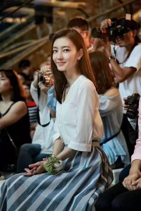 这个二郎腿翘着,着墨戴以为镜,不知道还加上是大姐大台湾剧有爱一家人图片