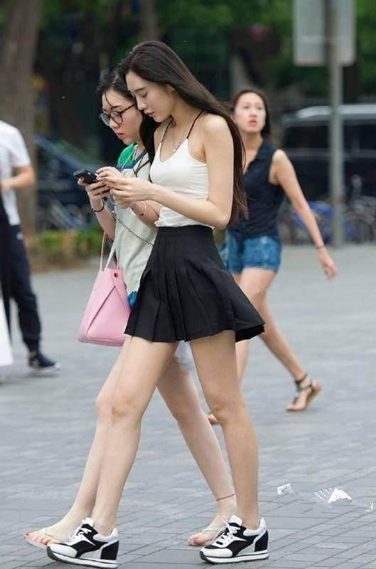 简单的黑白搭配,白色吊带搭配百褶黑色短裙,这小腰精白皮肤大长腿,有