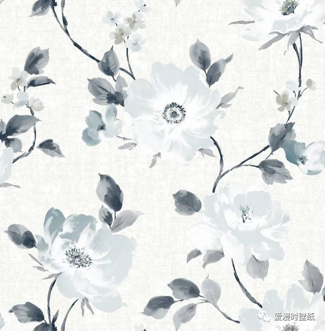 《丽彩Ⅳ》新品采用原创手绘花卉为主花,搭配经典条纹,几何等素色壁纸