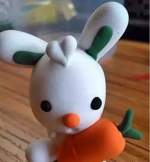 搓两个白色粗条,作小白兔的腿,粘到身体两侧,最后再加上头发,超轻粘土图片