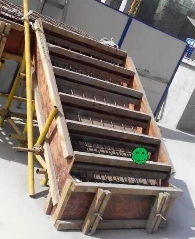 楼梯踏步首尾步立面未考虑装修做法,造成装饰层完成后该部位立面错开
