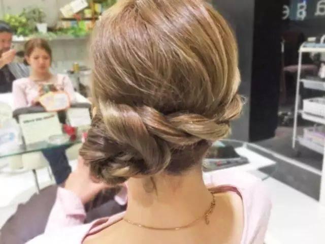 把左侧的头发用同样的方法编起来图片