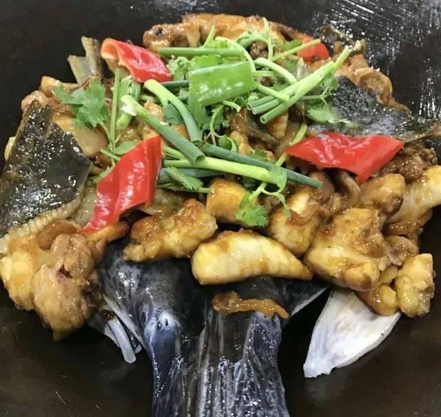 99元=两只水鱼+一只鸡(生上) (汤底另计/焖熟上129元) 鸡煲蟹火锅套餐