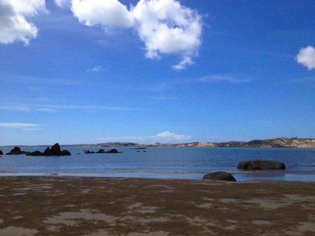鼓浪屿(英文:Kulangsu) 原名圆沙洲,别名圆洲仔,因岛西南方海滩上有一块两米多高、中有洞穴的礁石,每当涨潮水涌,浪击礁石,声似擂鼓,人们称鼓浪石,鼓浪屿因此而得名。因涨潮水涌,浪击礁石,声似擂鼓而得名。