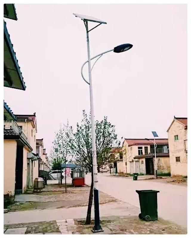 村庄里 安上 环保节能的太阳能路灯, 修 建污水处理站,雨污管网,环村图片