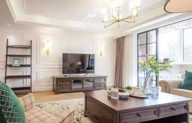 配上雅致的花纹地毯,给人以一种美式轻松带有精致细腻的洛可可风.