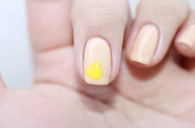 嫩逼啥样_step  :中指指尖位置用嫩黄色指甲油画一片心形叶子.