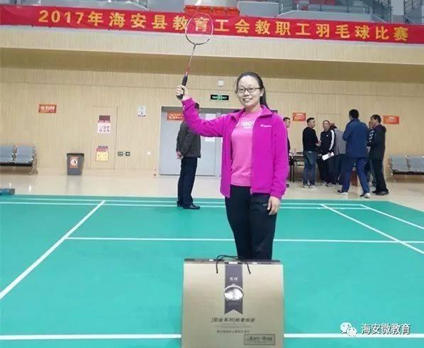大公镇中心小学教师姜金凤勇夺羽毛球赛女单冠军  10月21日上午,由县