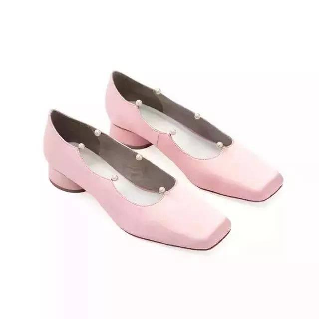 鞋子的风格也是随着设计师的心情变换呢,时而洛丽塔,时而热情奔放图片