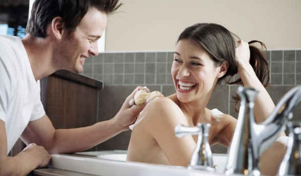 北京洗鸳鸯浴狠狠撸_年轻夫妻澡堂洗鸳鸯浴,隔壁搓澡工正在偷窥,女性该如何防偷窥?