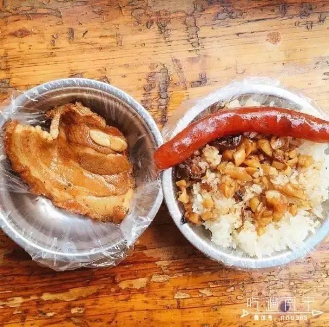 在广西,一定要去吃萝卜糯米饭,配上香肠,扣肉,绿豆,大闸干,都非常好吃木桶蟹壳里的黑膜图片