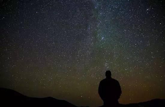 黑夜传�:jk9n����_朱自清在《沉默》一文中说:你的话应该像黑夜的星星,不应该像除夕的