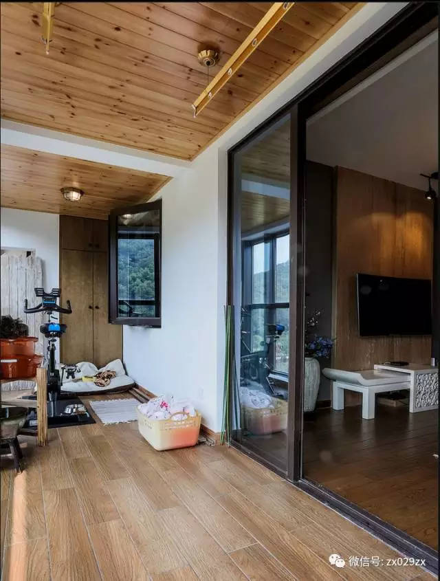 客厅通铺木地板,阳台为了和客厅衔接,使用仿木地板瓷砖铺贴,注意上