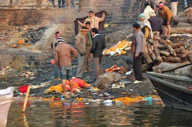 印度恒河浮尸遍野,女人照样在河里洗澡,男人直接喝河水