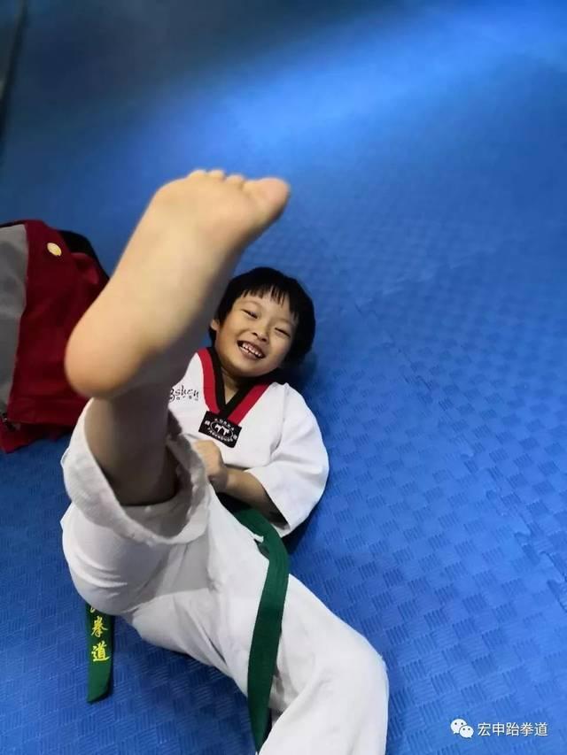 跆拳道赤脚姑娘_踹了马云一脚的姑娘,是跆拳道高手