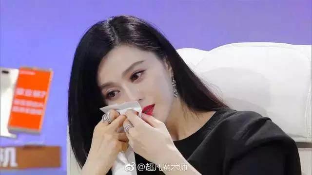 《超凡魔术师》预告片段里,wuli冰冰简直要哭成泪人了,不停用纸巾擦图片