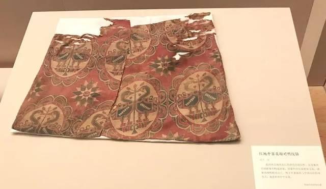 这个仿制品呢,就是根据原件蜀锦的样子,重新织成的一块布,可以让大家图片