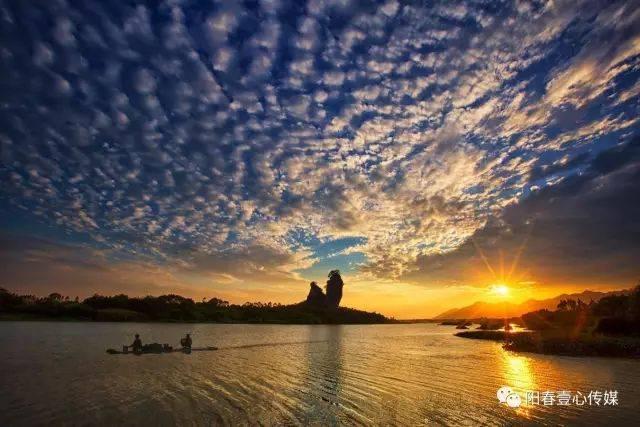 位于广东省阳春市春城镇北面黎湖桥石村,拔地挺立,象一条冲天而起的
