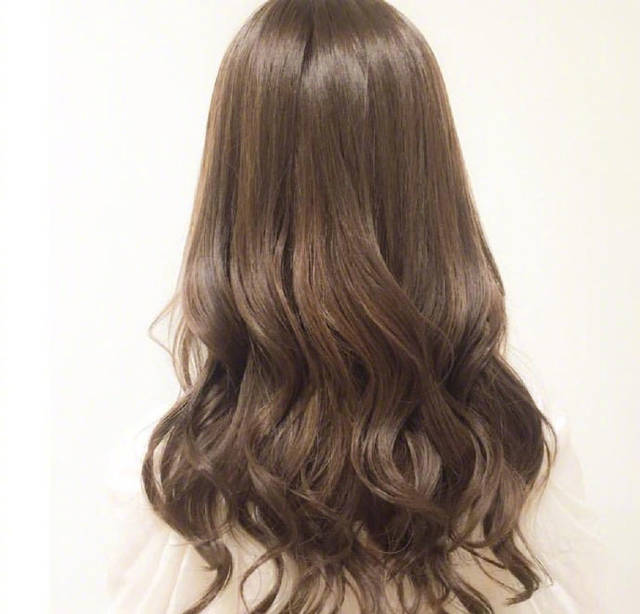 微卷中长发烫发发型,今年冬天头发这样烫美的刚刚好!