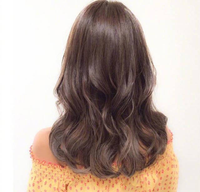 长发烫发发型吧,过肩中长发从中间位置开始进行微微的水波纹烫卷设计