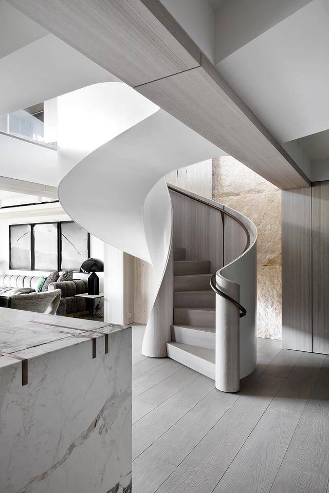 这个白色旋转楼梯设计应该是家里面最大的亮点了,在合肥这样的设计真