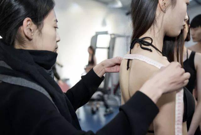 2018届模特艺考生穿泳装量体 美丽冻人