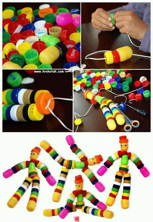 不同顏色的瓶蓋進行分類,按照需求來進行粘貼,一幅生動的瓶蓋畫就出圖片