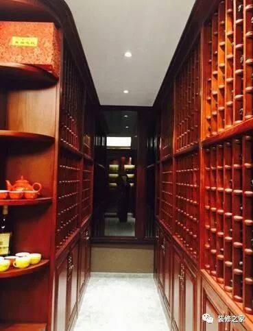 这个是地下室里的酒窖,这么大的酒柜,得有多少酒哈?图片