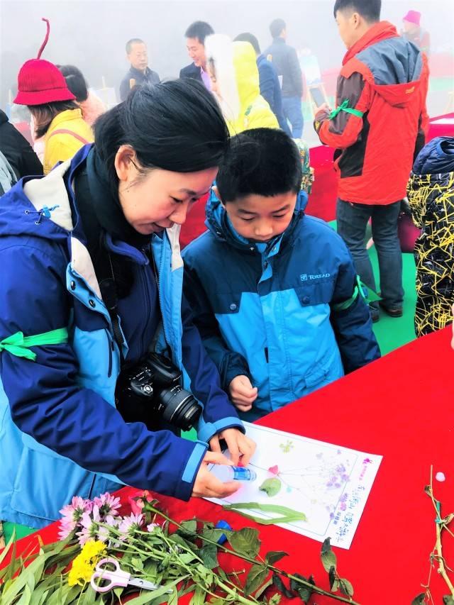 我们还进行了一场鲜花diy创意画的活动,看看我们的小朋友和爸爸妈妈图片