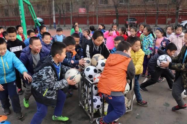 离石区东关小学校园足球活动——秋季趣味足球大比拼