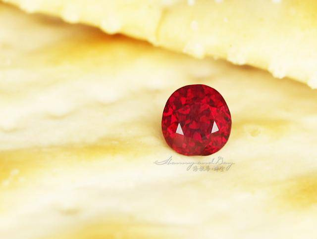 大家都知道,红宝石和蓝宝石,都属于刚玉家族,刚玉的颜色,布满了一个