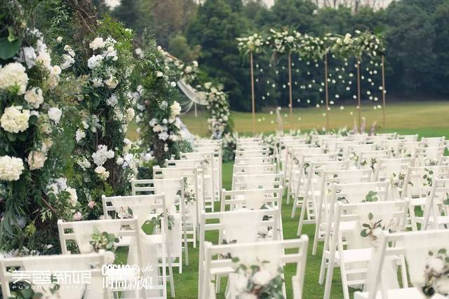在前期沟通时,两人提出希望户外西式的婚礼简约而庄重,室内的中式图片