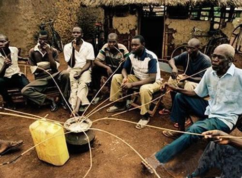 非洲人人体艺术图片_实拍在喝酒的非洲人:只喝酒不吃菜