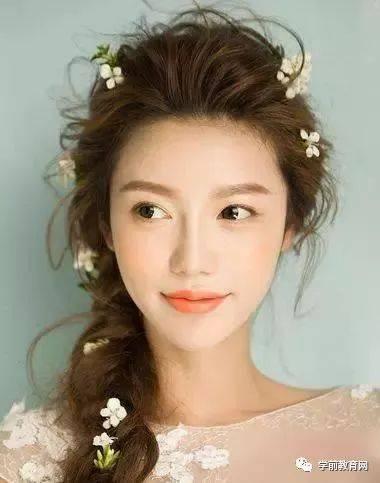 喜欢韩式马尾发型的新娘可以做这样的发型尝试,发丝向后梳理发顶轻盈