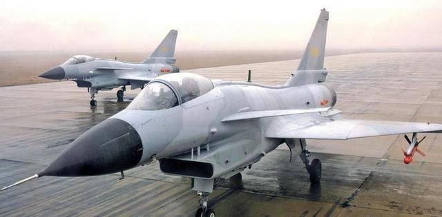 歼-10战斗机采用大推力涡扇发动机和鸭式气动布局,是中型,多功能图片