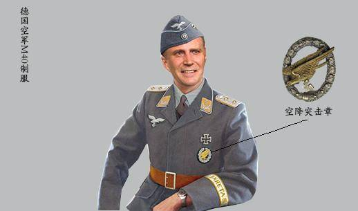 这是一名海军军官,其袖口的金星表明他是指挥机构军官,可能是一个
