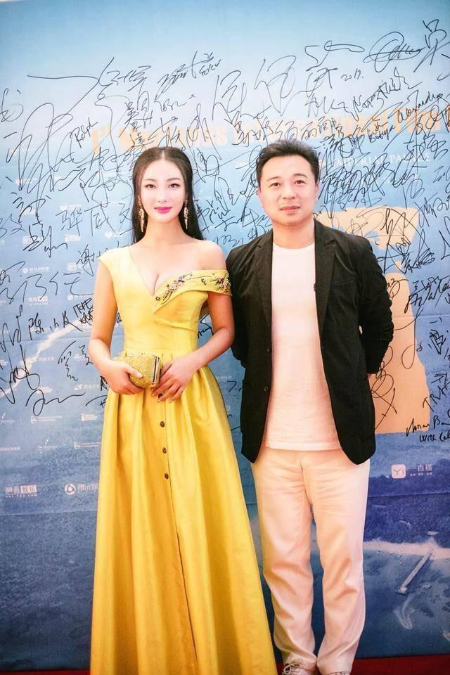 王李丹妮南疆丹娘_《一路向西》王李丹妮深v黄色长裙,与冯小刚同框,尽显