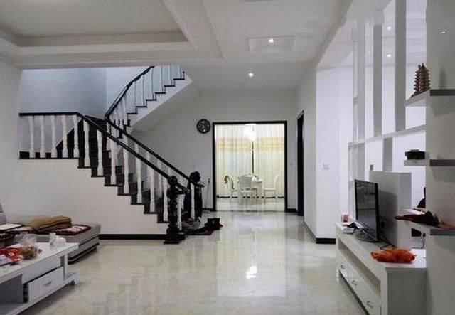 楼梯的扶手都是实木的,客厅和餐厅中间是打了一个酒柜隔开的.